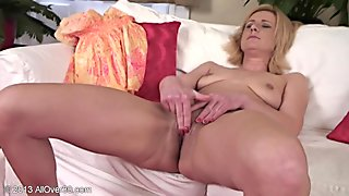 Mommy Rubs Her Vagina